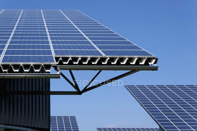 Вид панели солнечных батарей на фотоэлектрические парк в дневное время, Westerheim, Бавария, Германия — стоковое фото