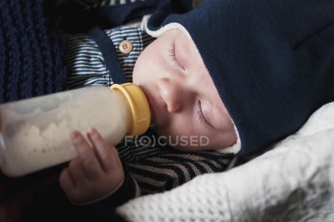 Bambino che beve latte, occhi chiusi — Foto stock