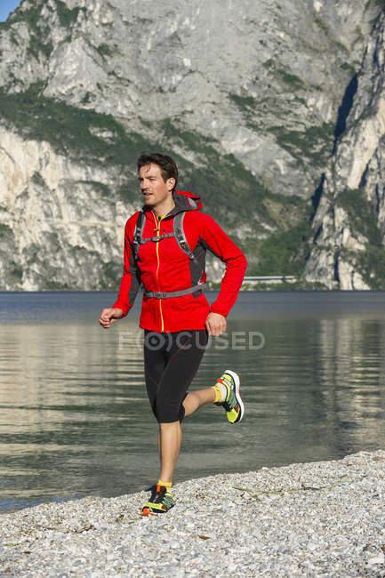 Italia, Mid adult man jogging sul Lago di Garda — Foto stock
