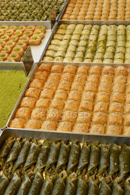 Variété de délices turcs sur plateaux — Photo de stock