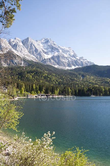 Allemagne, Bavière, Vue sur le lac Eibsee avec la montagne Zugspitze en arrière-plan — Photo de stock