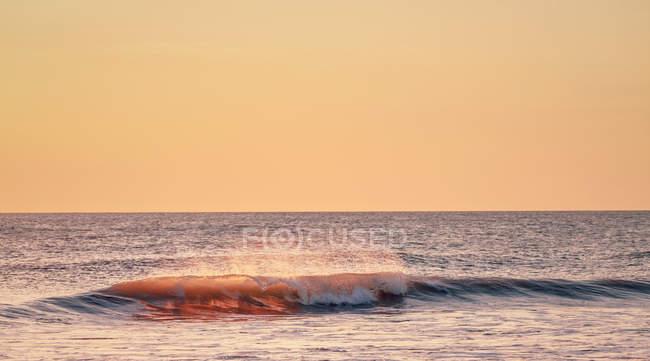Морской пейзаж с разрывной волной — стоковое фото