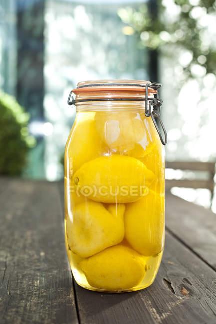 Sottaceti di limoni in vaso — Foto stock