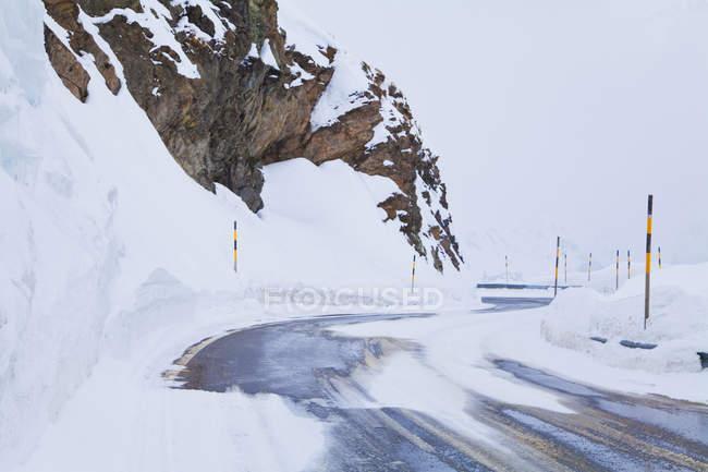 Strada innevata, strada, sinuoso, cattiva vista, alpina, passo di montagna, Passo del Bernina, Grigioni, Svizzera — Foto stock
