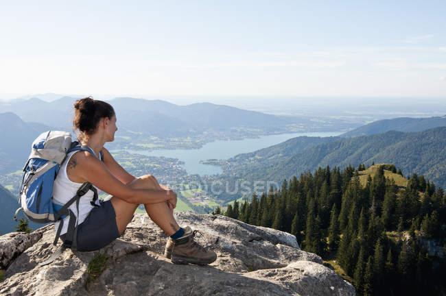 Germania, Baviera, Metà donna adulta guardando dal Bodenschneid al lago Tegernsee — Foto stock