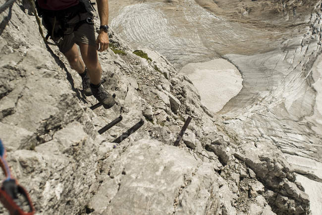 Hombre de Alemania, Baviera, escalada de montaña - foto de stock