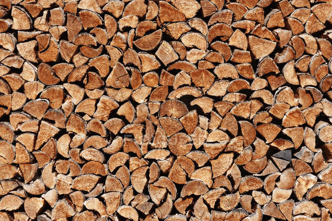 Fond de bois de chauffage brun rustique pile — Photo de stock