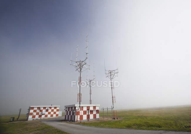 Alemania, antena en el aeropuerto en niebla - foto de stock