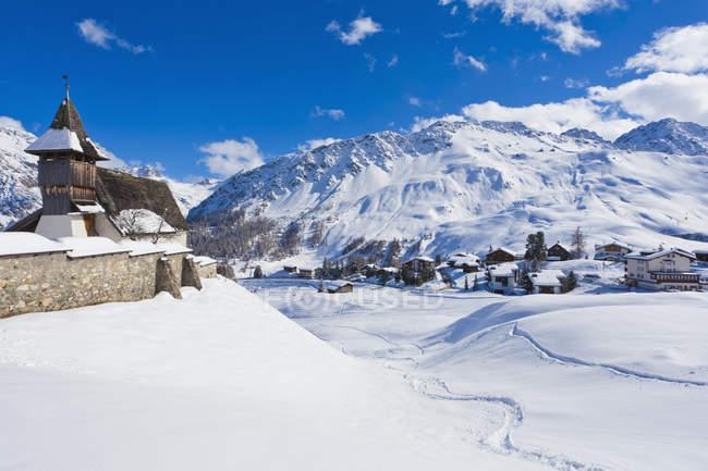Bergkirchli, chiesa del 1493, montagne innevate invernali, località sciistica, Arosa, Grigioni, Svizzera — Foto stock