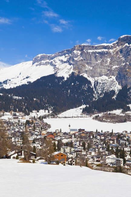 Шале будинків відпочинку в горах зими сніжні, Зимовий спорт курортному місті Flims, Grisons, Швейцарія — стокове фото
