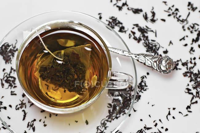Cup of black tea with tea bag, closeup — Stock Photo