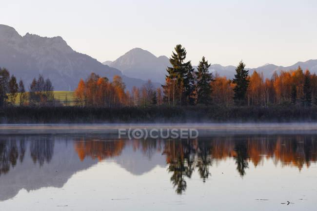 Deutschland, Bayern, Ansicht von Huttler Weiher See in herbstlichen Farben — Stockfoto