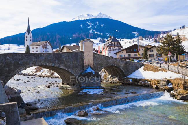 Река Юлия и каменный мост, курорт зимних видов спорта, Савогнин, Гризоны, Швейцария — стоковое фото