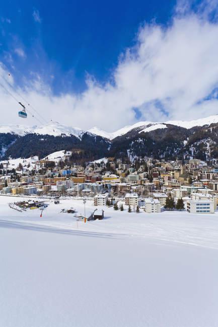 Paesaggio urbano, funivia Jakobshorn, montagne innevate invernali, stazione sciistica invernale, Davos, Grigioni, Svizzera — Foto stock