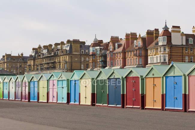 Inghilterra, Sussex, Brighton, Capanne colorate sul lungomare — Foto stock