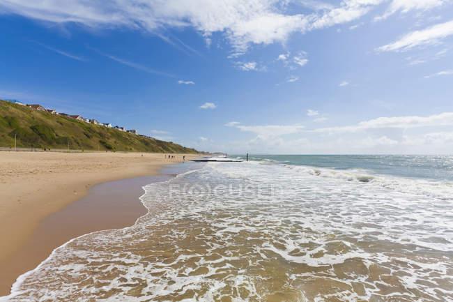 Вид на море зі скелі лінії і Приморський курорт на пляжі, Борнмут, графстві Дорсет, Англія, Великобританія — стокове фото
