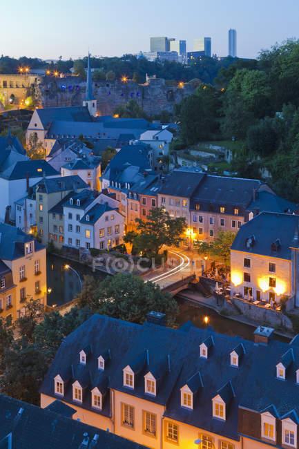 Luxemburg, erhöhter Blick auf beleuchtete Gebäude in der Abenddämmerung — Stockfoto