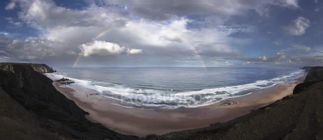 Portugal, vista do arco-íris sobre Praia do Castelejo — Fotografia de Stock