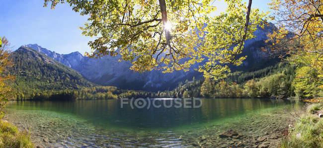 Austria, Veduta del lago e delle montagne dell'Hinterer Langbathsee sullo sfondo — Foto stock