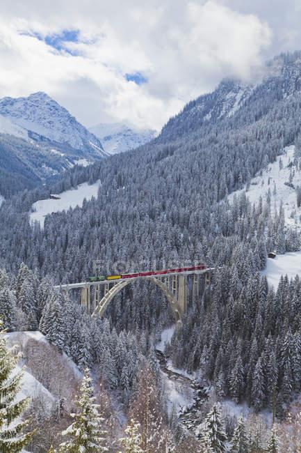Ferrovia Retica, Langwieser Viadotto, montagne innevate invernali, Langwies vicino Arosa, Grigioni, Svizzera — Foto stock