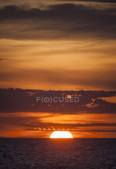 Seascape at sunrise with cloudy sky — Stock Photo