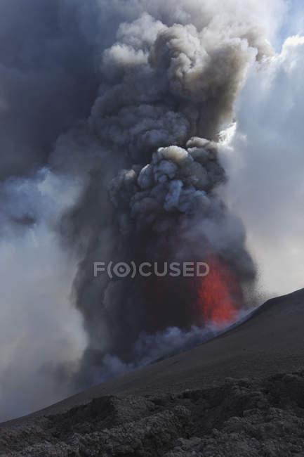 Італія, Сицилія, перегляд лави вивергається з Етна — стокове фото