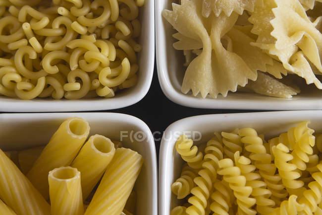 Разнообразие макаронных изделий в чаши — стоковое фото