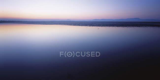 Irlanda, Veduta della superficie dell'acqua all'alba — Foto stock