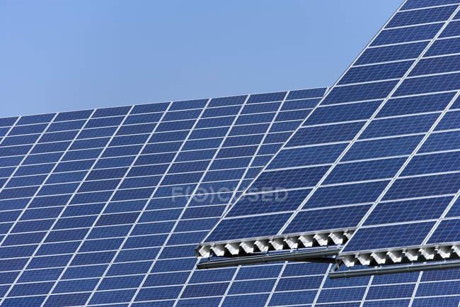 Vista dos painéis solares no parque fotovoltaico durante o dia, Westerheim, Baviera, Alemanha — Fotografia de Stock