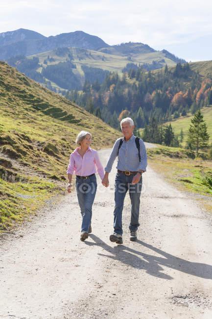 Alemanha, Baviera, casal sénior em caminhada de montanha perto de Wendelstein — Fotografia de Stock