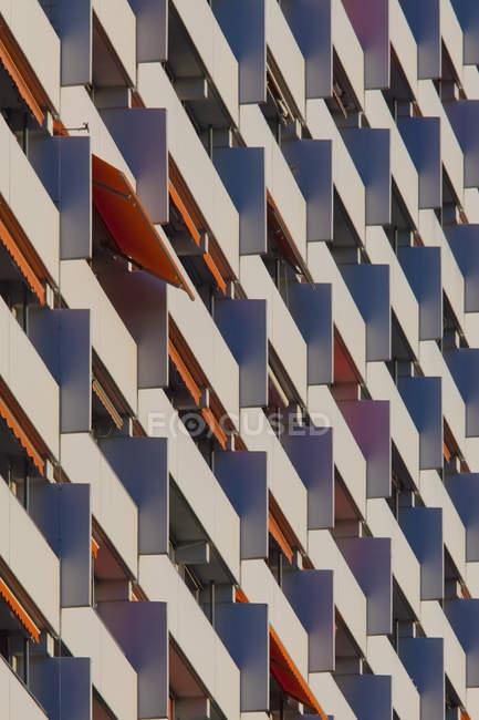 Alemania, Baden Wuerttemberg, Edificio de apartamentos con balcón - foto de stock