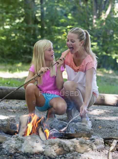 Freunde am Lagerfeuer Grillen vorbereiten — Stockfoto
