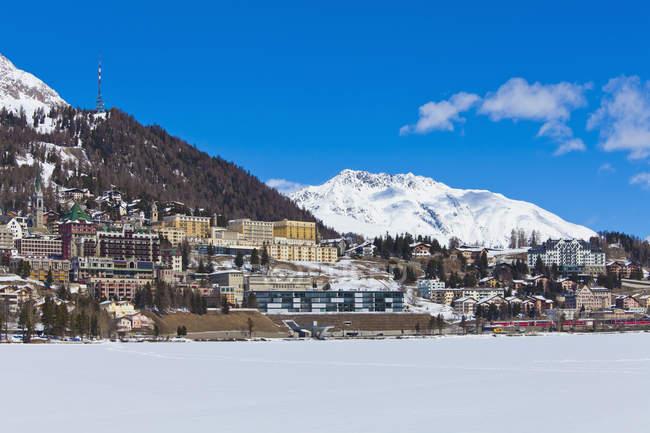 Lago ghiacciato St. Moritz, paesaggio urbano, montagne innevate invernali, località sciistica invernale, St. Moritz, Engadina, Grigioni, Svizzera — Foto stock