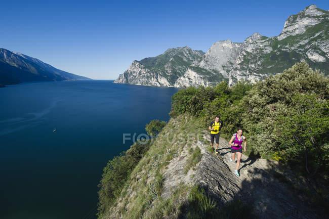 Italy, couple jogging by Lake Garda — Stock Photo