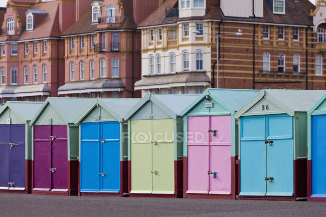 England, Sussex, Brighton, colorful bathing huts at seafront — Stock Photo