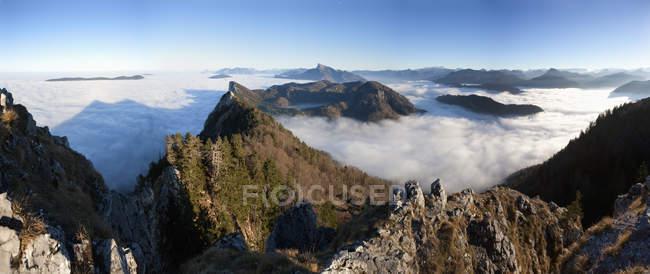 Вид на предгорья Альп покрыты туманом в дневное время, Австрия — стоковое фото
