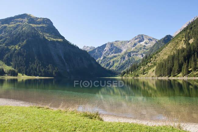 Áustria, Vista do Lago Vilsalpsee agaisnt rochas com árvores durante o dia — Fotografia de Stock