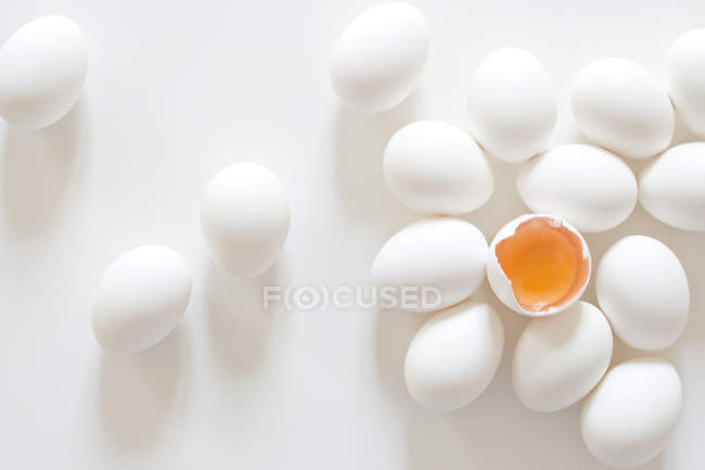 Weiße ganze und geöffnete Eier — Stockfoto