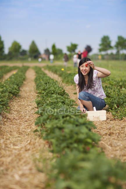 Женщина показывает клубнику — стоковое фото
