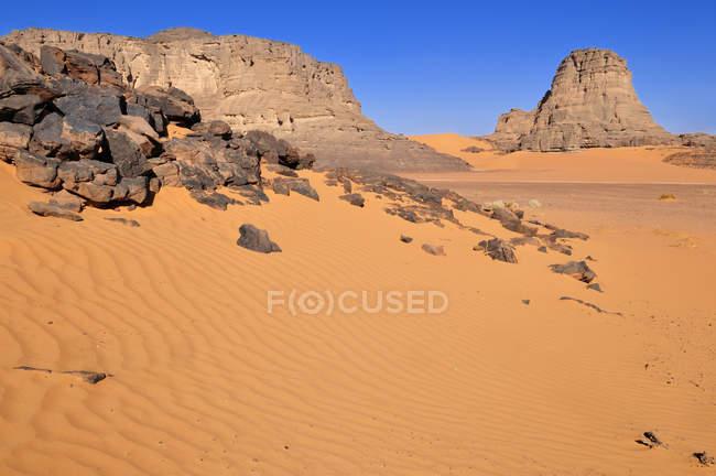Algeria, Paesaggio roccioso e dune a Moul Naga al Parco Nazionale Tassili n Ajjer — Foto stock