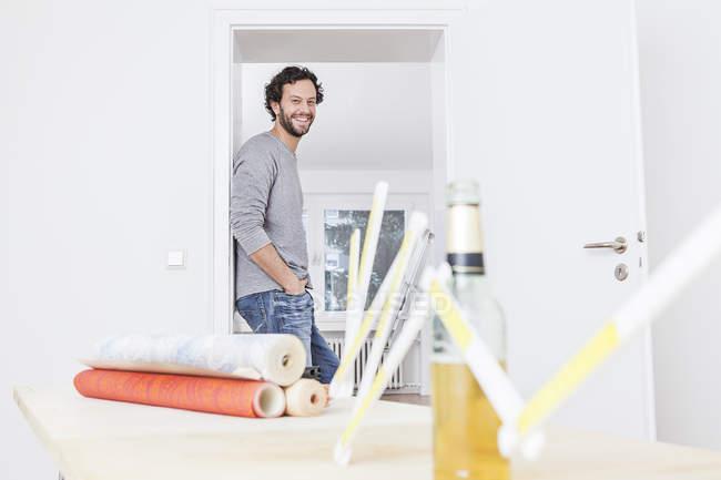 Портрет человека, стоящего у двери, улыбающегося — стоковое фото