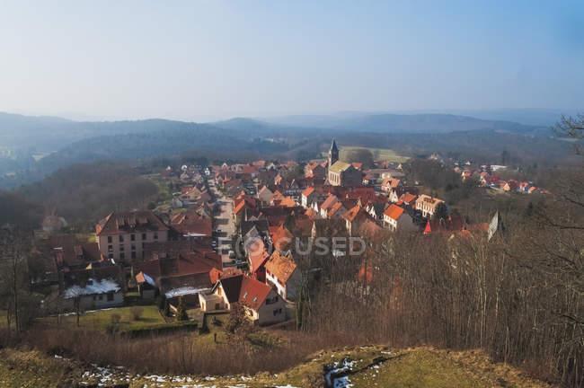Townscape con tetti rossi e le montagne — Foto stock