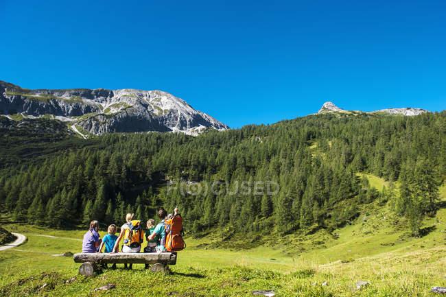 Семья смотрит гор на Альтенмаркт-Цаухензее — стоковое фото