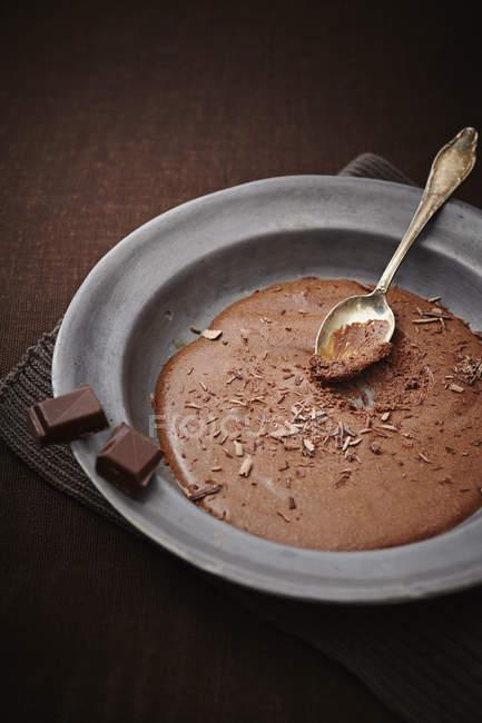 Шоколадний мус з ложкою на тарілку, крупним планом — стокове фото