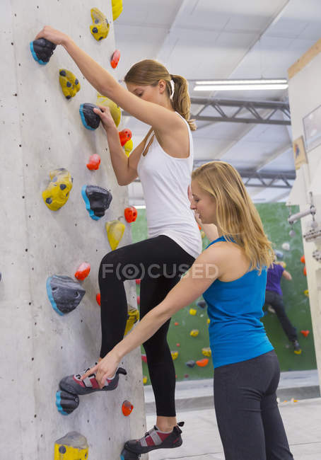 Escalada mulher de ensino no salão de pedregulho — Fotografia de Stock