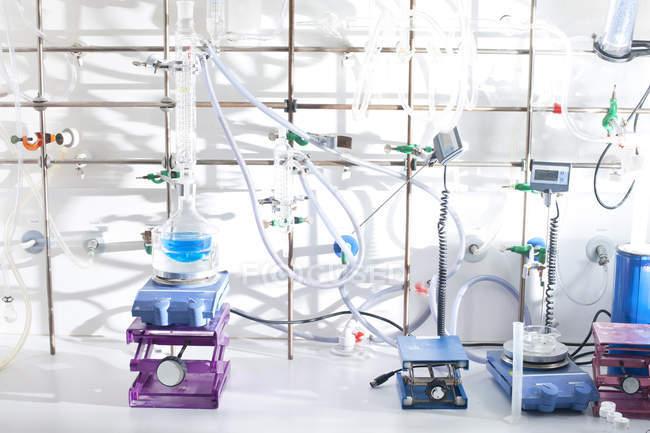 Liquide bleu en fiole au laboratoire chimique — Photo de stock