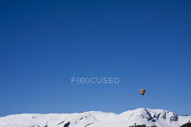 Austria, mongolfiera sulle montagne di Saalbach durante il giorno — Foto stock