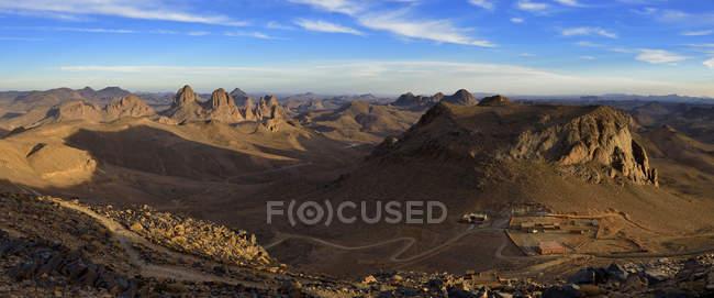 Алжир, видом на гори Hoggar з вулканічних порід денний час — стокове фото