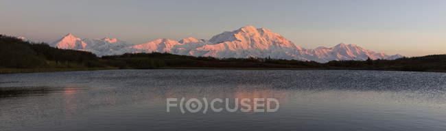 EUA, Alasca, vista do Monte Mckinley e Cordilheira do Alasca no Parque Nacional Denali — Fotografia de Stock