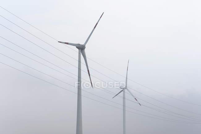 Вітрогенератори і moody небо — стокове фото